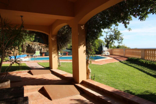 accessible garden and pool, pool lift for the disabled, holiday villa for wheelchair users