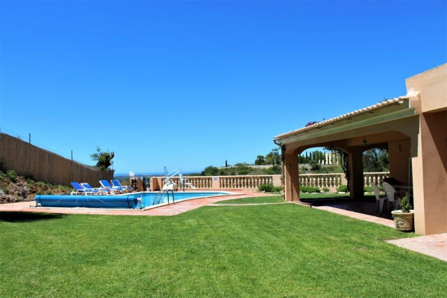 Access for wheelchair users to the garden and pool, and pool lift.
